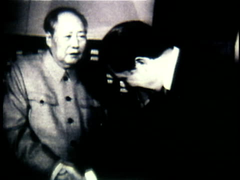 richard nixon meeting and shaking hands with mao tsetung / china - anno 1972 video stock e b–roll