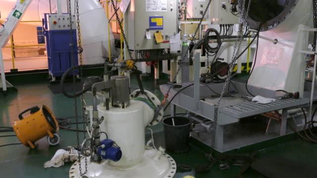 stockvideo's en b-roll-footage met reparatie - machinekamer