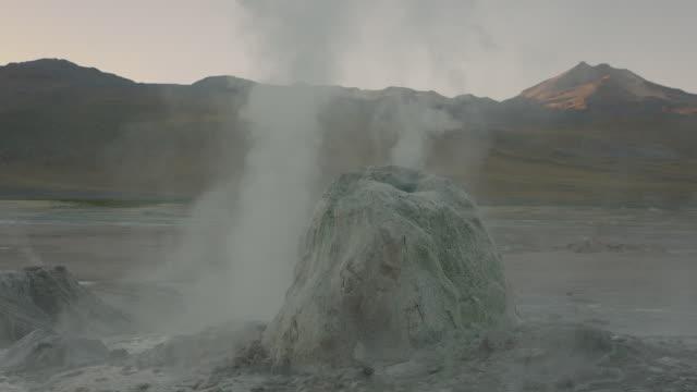 vídeos y material grabado en eventos de stock de tatio geysers, atacama desert - géiser