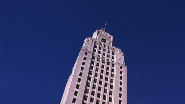 up angle of state capitol building in baton rouge, louisiana. government buildings. - kapitol von louisiana stock-videos und b-roll-filmmaterial