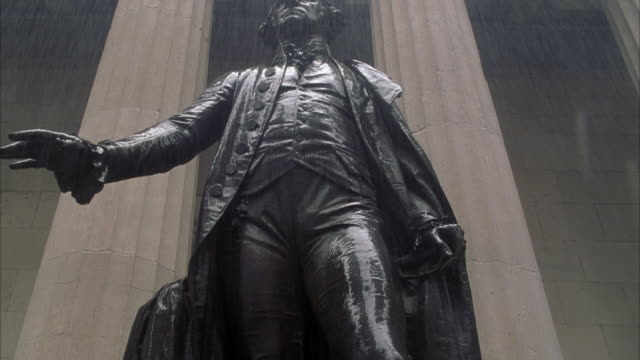 vídeos de stock e filmes b-roll de up angle of george washington statue in middle of rain. - george washington