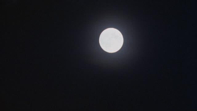 vídeos de stock, filmes e b-roll de pan down and left of full moon to darkness. - espaço e astronomia
