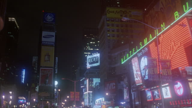 stockvideo's en b-roll-footage met wide angle of times square at night. shot pans up and rotates to other side. - 1998