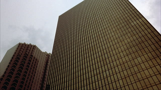 vídeos de stock e filmes b-roll de up angle of establish high rise office building. - 1995