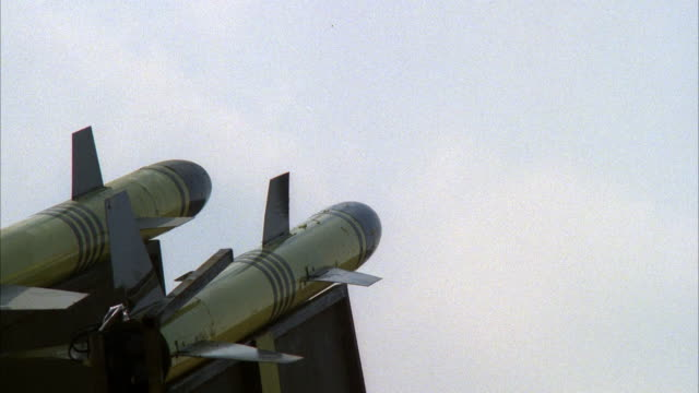 vidéos et rushes de close angle establish of two missiles set up. then see missile on right launch. middle east. - missile