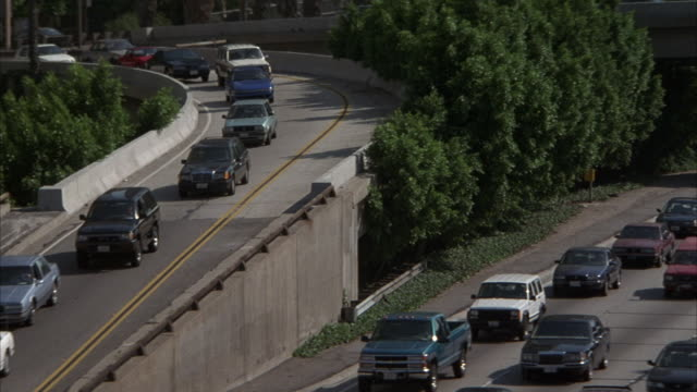stockvideo's en b-roll-footage met medium angle of ramp merging with northbound 110 freeway. traffic on freeway. - versmelten