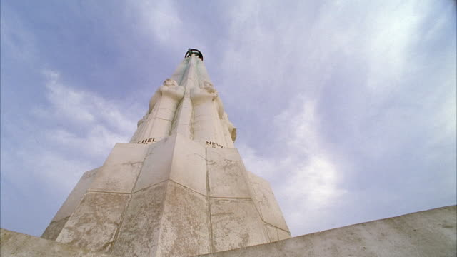 up angle of griffith observatory tower. blue sky behind. - observatorium stock-videos und b-roll-filmmaterial