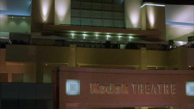 vídeos de stock e filmes b-roll de medium angle of the kodak theatre sign at hollywood and highland. theaters. - the dolby theatre