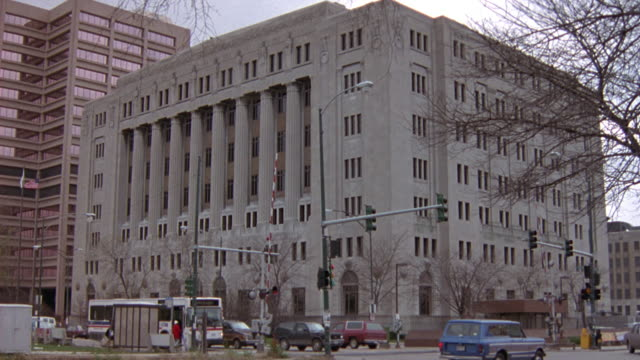 stockvideo's en b-roll-footage met wide angle of cook county courthouse. government building. office building. cars drive by in foreground. - gerechtsgebouw