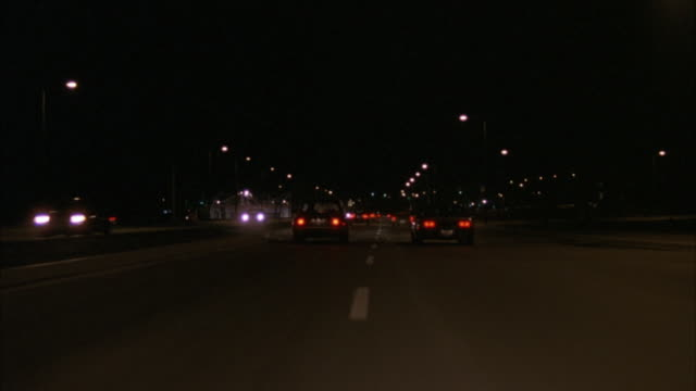 wide angle camera mounted on front of car driving down highway.  traffic moving in both directions. - traffic点の映像素材/bロール