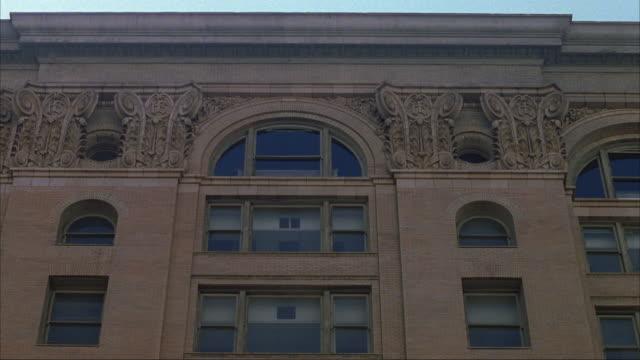 vídeos y material grabado en eventos de stock de established medium up angle of tan brick building with arched windows. could be school or government building. - tan