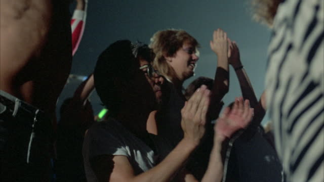 vidéos et rushes de close up of middle-aged man clapping and cheering among crowd. - applaudir