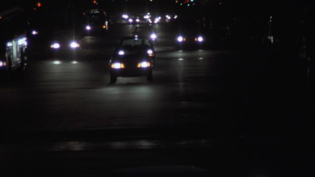 vídeos y material grabado en eventos de stock de pan up from city street to capitol building illuminated against red sky. - edificio del capitolio washington dc