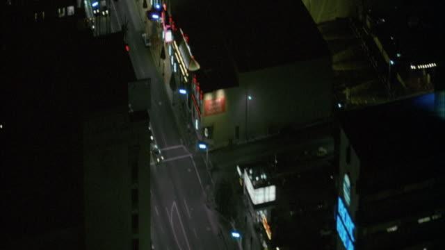 vídeos de stock, filmes e b-roll de aerial over hollywood blvd, pass neon signs that read roosevelt hotel and max factor. - bulevar