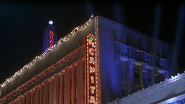 stockvideo's en b-roll-footage met wide up angle of el capitan theater and sign lit up at night. hollywood blvd. movie theaters. - el capitan theater