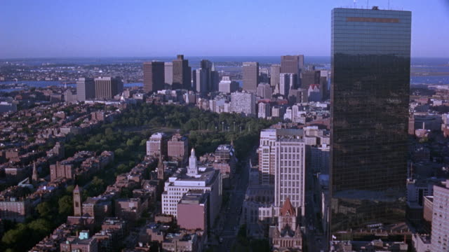 vídeos de stock e filmes b-roll de aerial of boston skyline. moves to right past john hancock tower, then see skyline again. - back bay boston