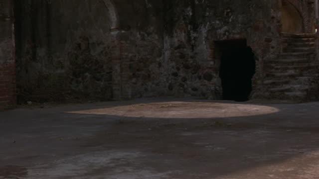 vídeos y material grabado en eventos de stock de close angle of chevrolet el camino driving through courtyard, stopping at stone ledge. - libro mayor