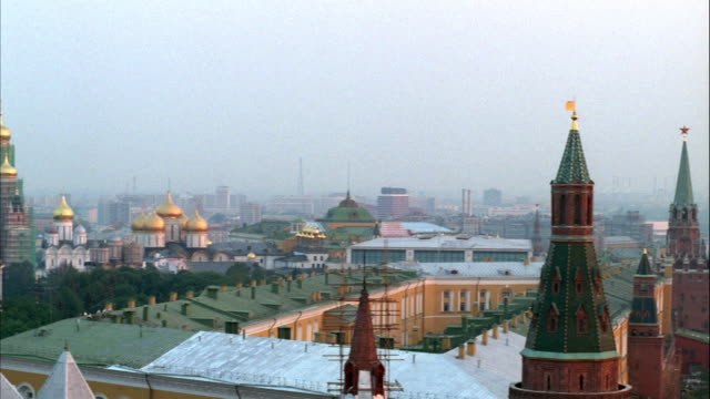 stockvideo's en b-roll-footage met pan left of kremlin towers and red square. assumption cathedral, annunciation cathedral or archangel's cathedral can be seen. cityscape in background. - moskou rusland