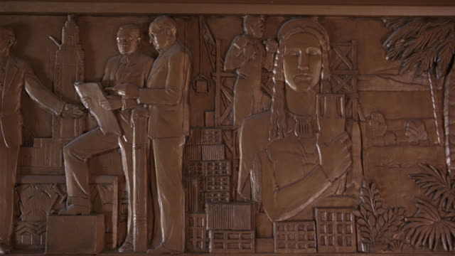 pan left to right of louisiana history and life a frieze at the louisiana state capitol building in bating rouge.  the scene depicts washington, jefferson, franklin, hamilton, and madison drafting the u.s. constitution. - kapitol von louisiana stock-videos und b-roll-filmmaterial