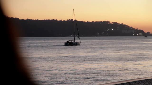 リスボンのテージョ川渓谷ボート - 小型船舶点の映像素材/bロール