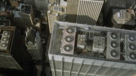 aerial birdseye pov looking at skyscrapers in lower manhattan. pov pans up to show skyscrapers of midtown manhattan new york city skyline. - new york city bildbanksvideor och videomaterial från bakom kulisserna