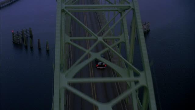 vídeos y material grabado en eventos de stock de tracking shot of navy and tan ford explorer driving over yaquina bay bridge. marinas and newport, oregon coast visible. - tan