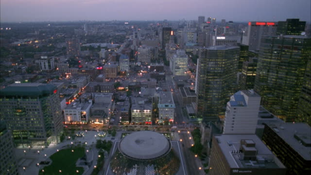 vídeos de stock, filmes e b-roll de aerial of toronto skyline. see downtown area and high rise office buildings. - 1998