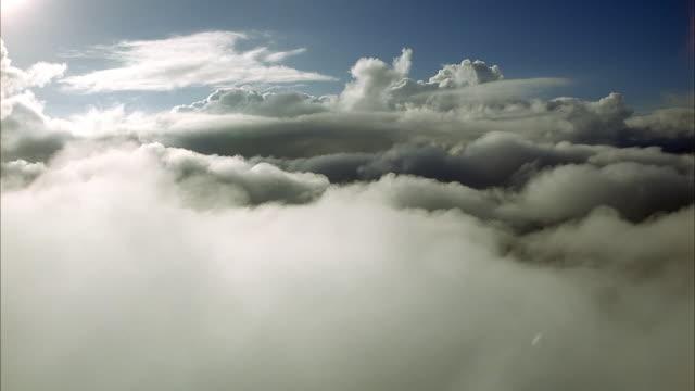 vídeos y material grabado en eventos de stock de aerial of right-side window pov from airplane or jet flying through clouds. could be cockpit window plate. planes. - avión