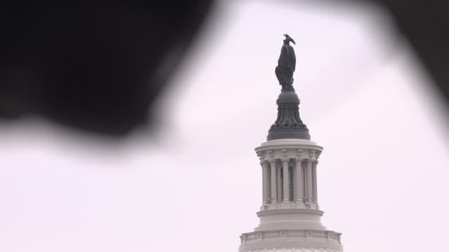 vídeos de stock e filmes b-roll de us capitol building - edifício do governo local