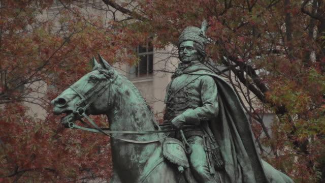 casimir pulaski statue, freedom plaza - freedom plaza video stock e b–roll