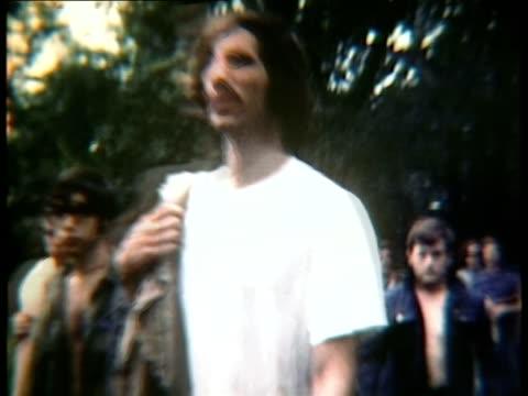 vidéos et rushes de walking among crowd at woodstock music festival/ bethel new york usa - vêtements décontractés