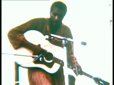 vidéos et rushes de richie havens performing onstage at woodstock music festival/ bethel new york usa - 1969