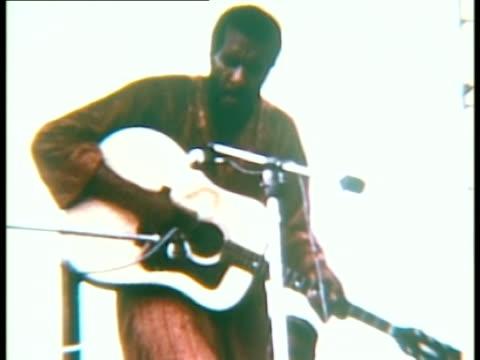 vídeos y material grabado en eventos de stock de richie havens performing onstage at woodstock music festival/ bethel, new york, usa - 1969
