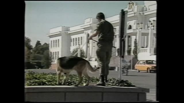 LAURIE WILSON RTC / POLICE OUTSIDE PARLIAMENT HOUSE CANBERRA FOLLOWING HILTON BOMBING LAST WEEK / SNIFFER DOG CHECKS GARDEN EXT PARLIAMENT HOUSE VS /...