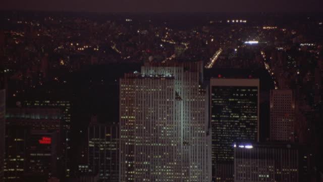 vídeos de stock, filmes e b-roll de wide angle of high rise office buildings, rockefeller center, midtown manhattan. skyscrapers. - centro rockefeller