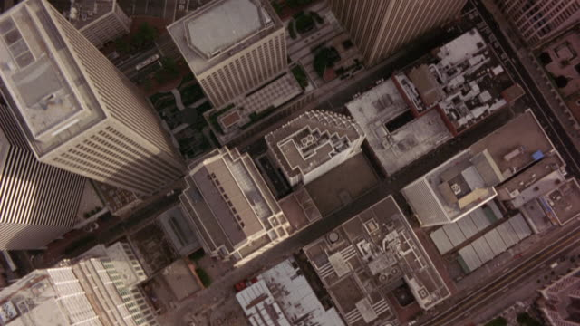stockvideo's en b-roll-footage met aerial birdseye pov of high rise buildings in downtown san francisco. see rooftops of buildings. satellite shot. - san francisco california