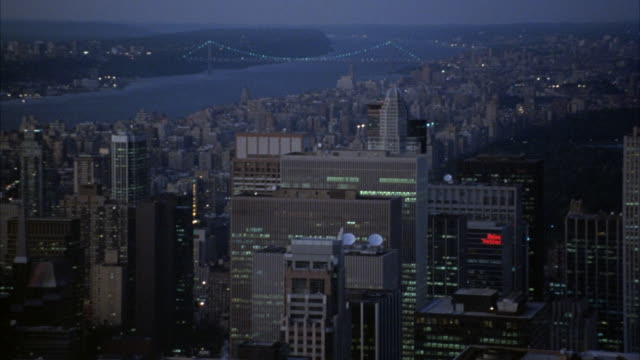 vidéos et rushes de established medium angle of midtown new york city skyline. see george washington bridge over hudson river in far left background. pans right to more skyscrapers, see central park in center. - central park manhattan