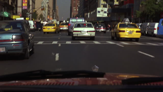 vidéos et rushes de medium angle driving pov through medium traffic on four lane new york city street. camera follows white 1987 buick lesabre as both cars swerve through traffic. looks like car chase. - exploit sportif