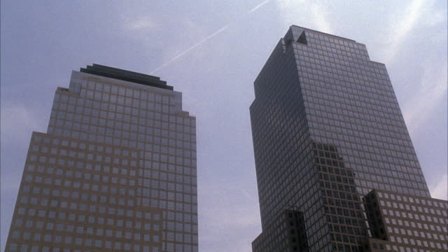 vídeos y material grabado en eventos de stock de up angle on world financial center , a commercial high rise building in lower manhattan. camera pans down to small motorboats docked at a marina on the hudson river. - balancearse