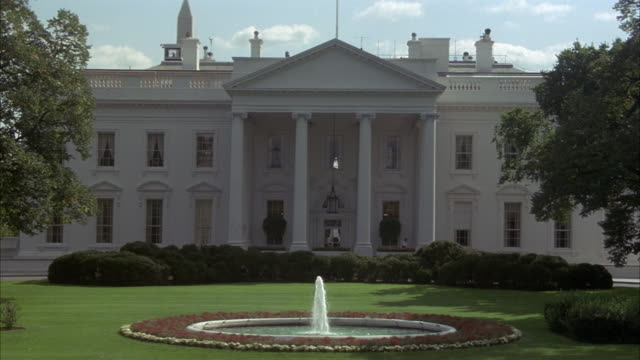 stockvideo's en b-roll-footage met medium angle zoom in of front of white house. neg cut. - 1993