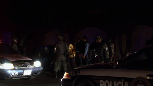 vidéos et rushes de april 7 2009 ws pan mexican military and police patrolling streets juarez chihuahua mexico audio - armée de terre