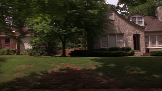 vídeos de stock, filmes e b-roll de wide angle driving pov straight right of atlanta neighborhood, houses, suburban, cars, yards, driveways. middle class or upper class. porches. - entrada para carros