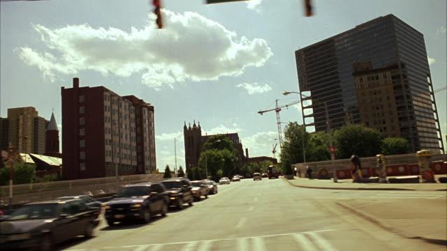 vídeos y material grabado en eventos de stock de medium angle, driving pov straight right forward of sky, downtown atlanta multi-story buildings or skyscrapers. suntrust plaza building. - plaza