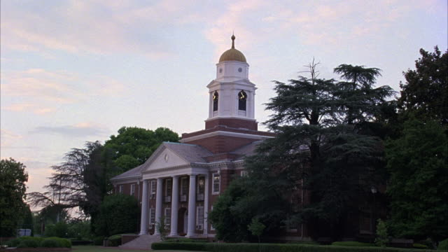 stockvideo's en b-roll-footage met medium angle of brick building with white columns and domed bell tower. college campuses, universities, classroom buildings. matching dx/nx 3095-042, 3095-047, 3095-062 to 3095-065. - opeenvolgende serie