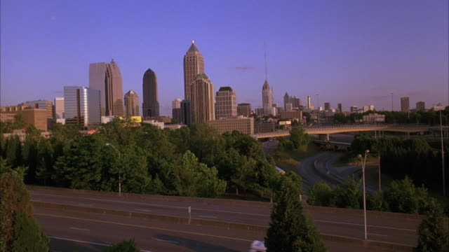stockvideo's en b-roll-footage met wide angle of atlanta skyline, highway, bridges, trees. cities. matching dx/nx 3096-001, 3096-003, 3096-029, 3096-031, 3096-032. - opeenvolgende serie