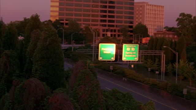 hand held of atlanta, office buildings, brick buildings, highway, highway signs. - 方向標識点の映像素材/bロール