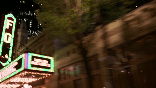 vidéos et rushes de medium angle, driving pov 3/4 right forward of atlanta streets, buildings, businesses, signs. time lapse effect of driving very fast. - atlanta