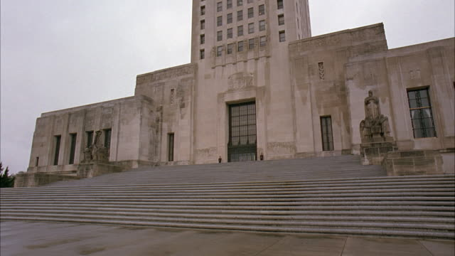 wide angle of louisiana state capitol building. government buildings, statues, large stone staircase. art deco architectural style. - kapitol von louisiana stock-videos und b-roll-filmmaterial
