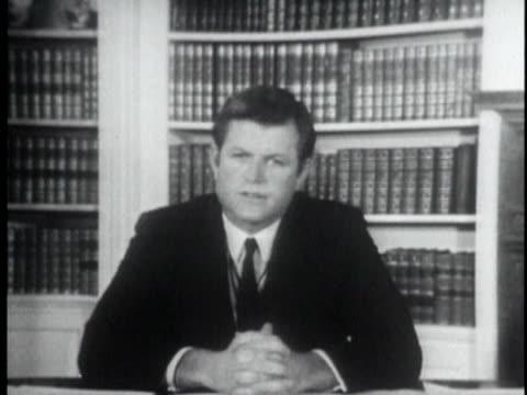 vídeos de stock, filmes e b-roll de july 25 1969 cu senator ted kennedy explaining chappaquiddick incident and fleaing the accident that killed mary jo kopechne on july 18 1969 /... - mãos juntas