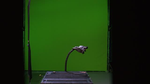 vídeos y material grabado en eventos de stock de wide angle of a badly damaged and bent parking meter in front of a green screen. special effects. sound stages. - máquina con ranura